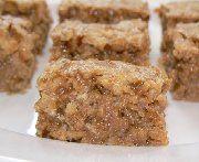 Réduire les biscuits finement. Mettre dans un bol ainsi que les pépites de caramel et le lait condensé sucré. Bien mélanger le tout et verser dans un plat 8 x 8 (20cmx20cm), garni de papier parchemin.  Préchauffer le four à 350° (180°) Mettre au four et cuire 18 minutes. Refroidir et coupé en carrés.
