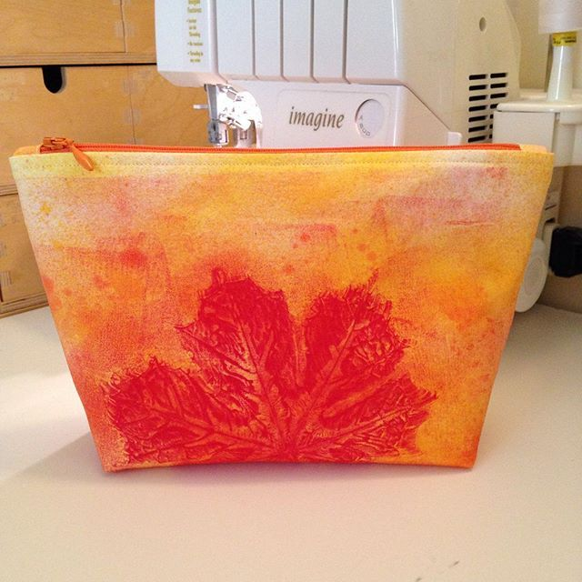 I printed this fabric with fabricpaint on the Gelliplate, its so much fun  I sewed this zipperpouch from the handprinted fabric. #gelliarts #gelliart #gelliprinting #gelliprint #gelliprints #gelliplate #zipperpouch #toalettmappe #sminkepung #oppevaringsmapper #fabricpaint #tekstilmaling #sy #sytid #søm #sew #sewing