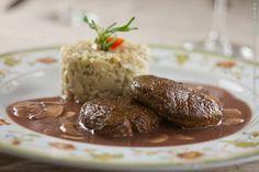 Brie Restô (jantar)    Escalopes de filé mignon flambado, molho creme, Champignons de Paris, arroz puxado no próprio molho
