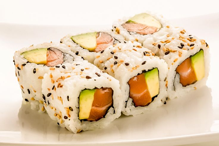 Rouleaux de riz à la japonaise (California rolls). #sushi #rolls #california #inspiration #poisson #salmon #bosto