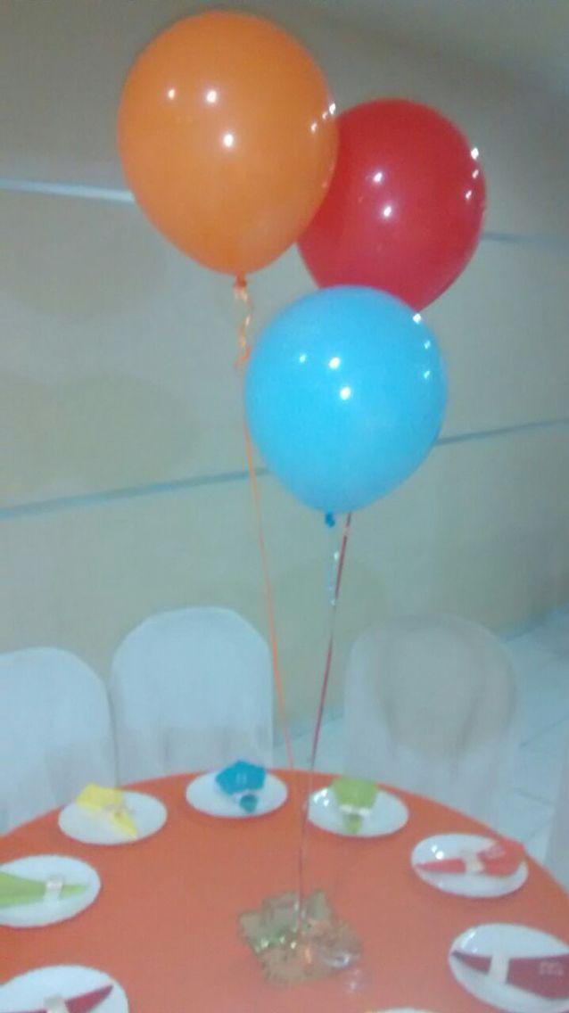 A mesa dos convidados tinha balões de gás hélio coloridos e guardanapos com as iniciais do aniversariante