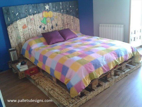 Here we go with another beautiful peace of artwork been done on the retired wood pallets and this amazing diy pallet king size beds is produced with the utmost ease and it is giving such an organic look. It really gives you accord and satisfaction to have it at your bedroom.