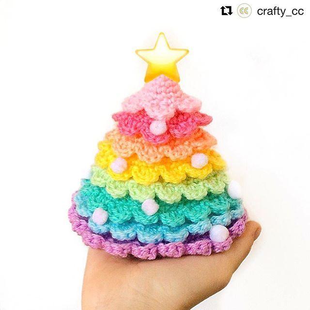 Se så söt min julgran blev virkad i regnbågens alla färger av @crafty_cc!🎄🌈  Thank you Celine for letting me show your pretty tree! 💕  Mönster: BautaWitch.se/DIY  #virka #virkat #virkning #crochet #bautawitch #bautawitchmönster #julgran #christmastree #crochetersofinstagram #virkstagram