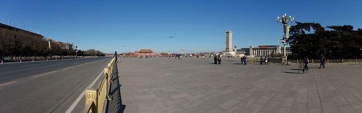 """Taivaallisen rauhan aukio, Peking. Tiananmen tarkoittaa """"Taivaallisen rauhan portti"""". Taivaallisen rauhan aukio kuuluu kooltaan kymmenen maailman suurimman kaupunkiaukion ryhmään,  pinta-ala on 440.500 m2."""