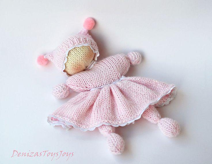Купить или заказать Мастер-класс '  Розовая Вязаная Вальдорфская кукла бабочка' в интернет-магазине на Ярмарке Мастеров. Мастер-класс ' Розовая Вязаная Вальдорфская кукла бабочка для новорожденных малышек' Игрушка связана в смешанной технике. Двойным вязанием и лицевой гладью по кругу на 4-х носочных спицах. Размер игрушки 18 см. Замечательная куколка для самых маленьких девочек. Мастер класс содержит пошаговое описание с фотографиями, как связать этого очаровательного пупса ....