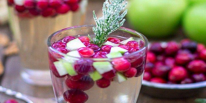 vinjournalen.se -  Vin Tips : Fruktfylld och krispig julsangria med tranbär |  Varför inte en säsongssangria som välkomstdrink i jul? Vi brukar hälsa på hos matentusiasten Jerry James Stone innan festhelger och nu hittade vi ett busenkelt recept på en riktigt god och festlig julsangria, en Christmas Sangria! Färska tranbär och andra frukter finns i välsorterade frysdiskar o... http://wp.me/p73gTR-3tZ
