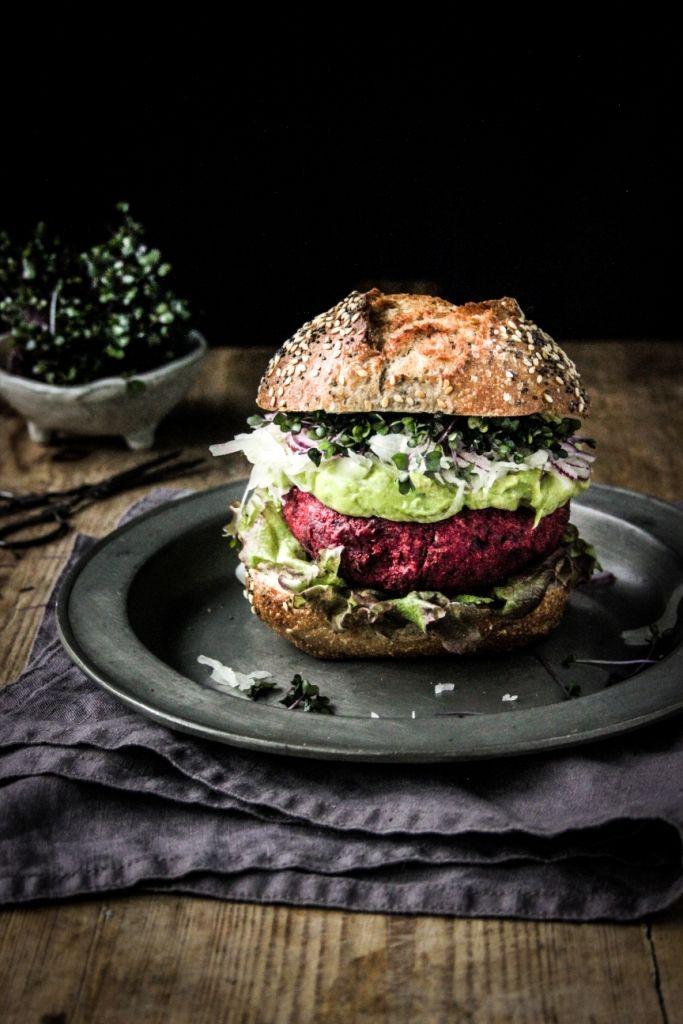 Hemelse bietburger met romige topping van avocado & zuurkool – Greendelicious #vega