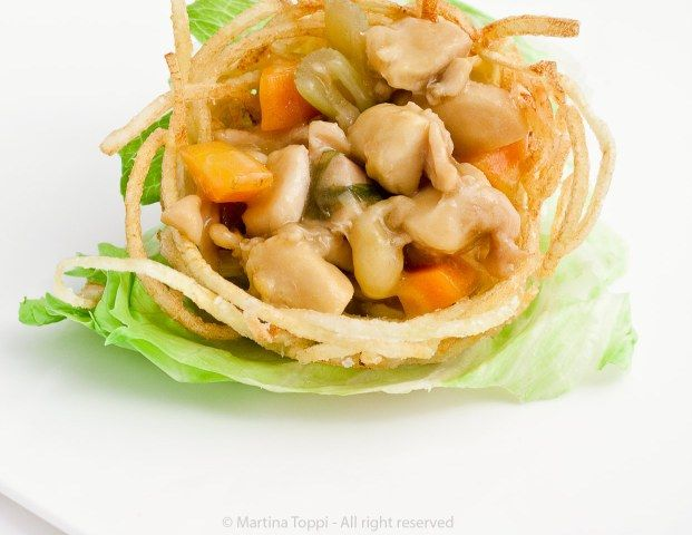 Nidi di patatine con bocconcini di pollo alle verdure