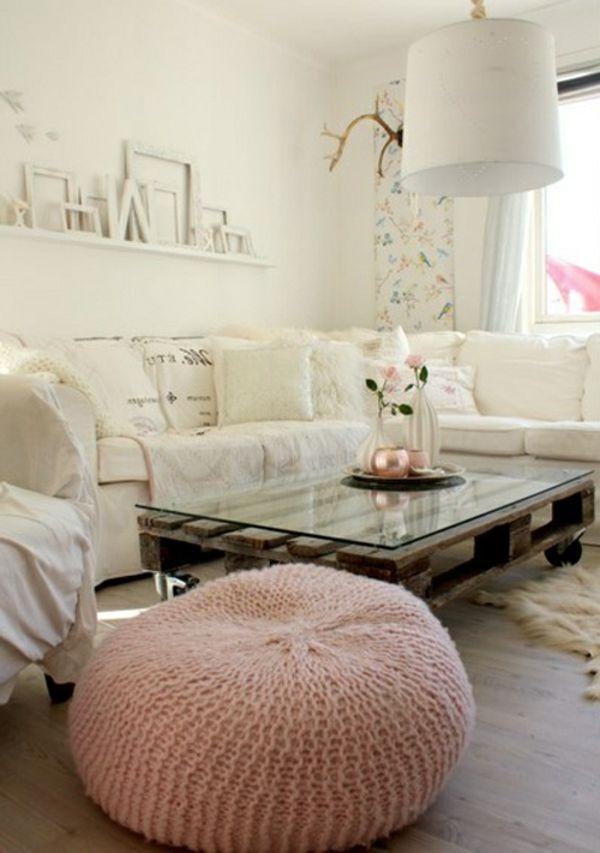 salon avec parquet, canapé blanc, lustre blanc, table basse en palettes
