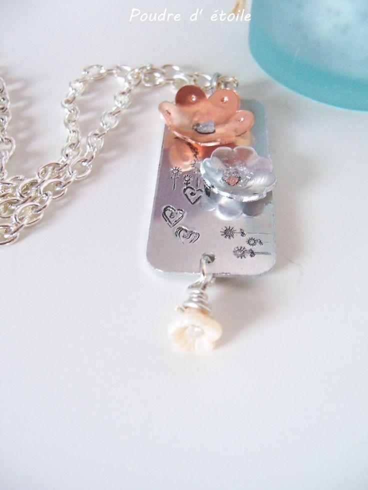 collier gravé fleuri argenté et cuivre prénom et monogramme de la boutique bijouxpoudredetoile sur Etsy