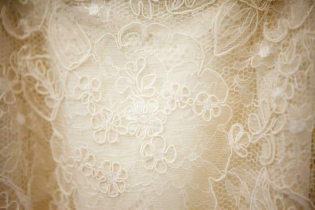 Vestido de noiva sob medida - Ateliê Esther Bauman/Acquastudio  Vestido de renda francesa off white, manga longa e saia fluida.  http://www.estherbaumanblog.com.br/2017/01/nossas-noivas-juliana.html