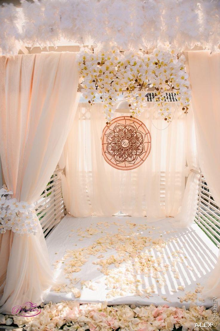 Цветы и оформление  Свадебная мастерская Джулии  оформляет свадьбы в Краснодаре. Букет невесты, бутоньерки для жениха и гостей, украшения для машины, оформление зала, шары и драпировки украсят ваше торжество.