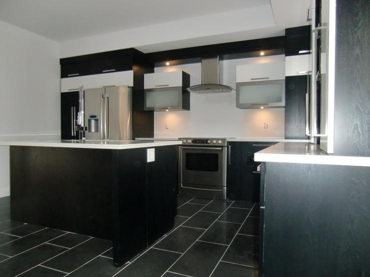 Armoire de cuisine moderne en thermoplastique couleur noir blanc et stainless