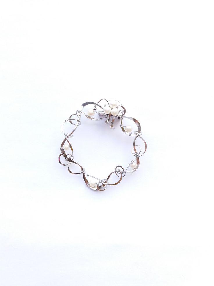"""Brož+B62P+""""Věneček""""+bílé+exkluzivní+perly+Autorský+šperk.Originál,+který+existuje+pouze+vjednom+jediném+exempláři.Vyniká+jednoduchým+a+přesto+originálním+prostorovým+tvarem,+elegancí+čistých+linií+a+vynikající+kvalitou+výběrových+perel+v+klasické+bílé+barvě.+Prostorové+řešení+celého+prvku+způsobuje+to,+že+z+každého+úhlu+pohledu+vypadá+brož+jinak,..."""