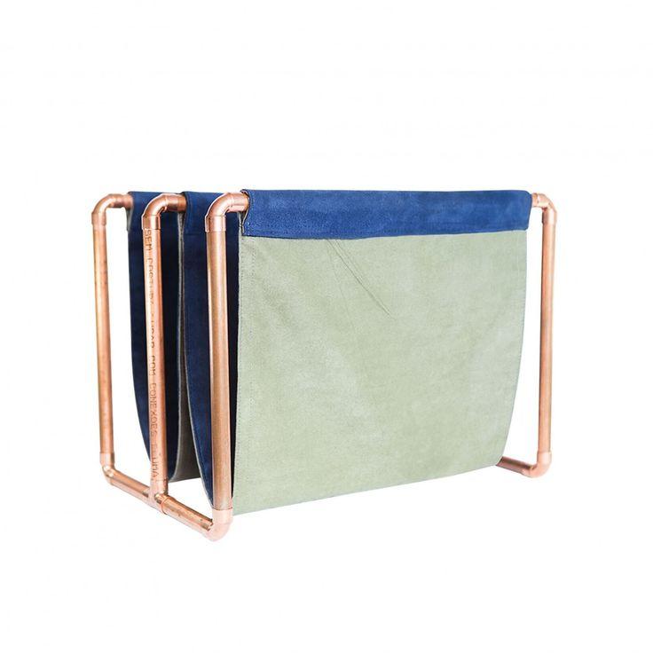 Revisteiro Cobre - Revisteiro em cobre e camurça. Disponível em duas combinações de cores. {vermelho = vermelho+verde} {azul = azul+cinza} Ideal para ser utilizado em casa ou salas de espera de consultórios, levando elegância e sofisticação para o ambiente.