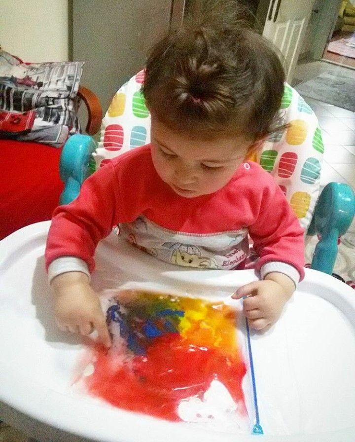 Kilitli posetin içine biraz su ve parmak boya konularak renklerin dağılması sağlandı