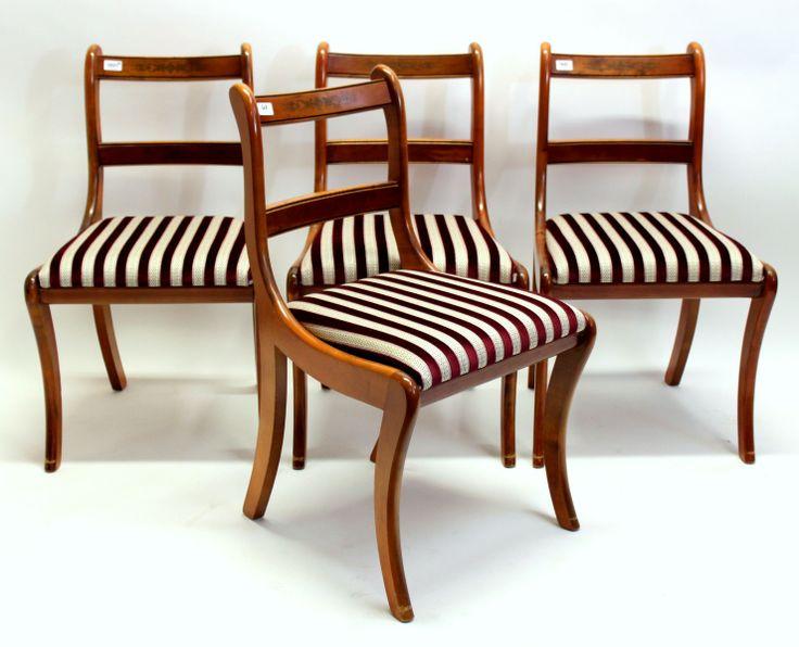 Een serie van 4 mahoniehouten eetkamerstoelen naar 19e eeuws model, voorzien van paars-wit gestreepte velours zittingen. Richtprijs:     € 100 - 150  Verkocht voor € 130