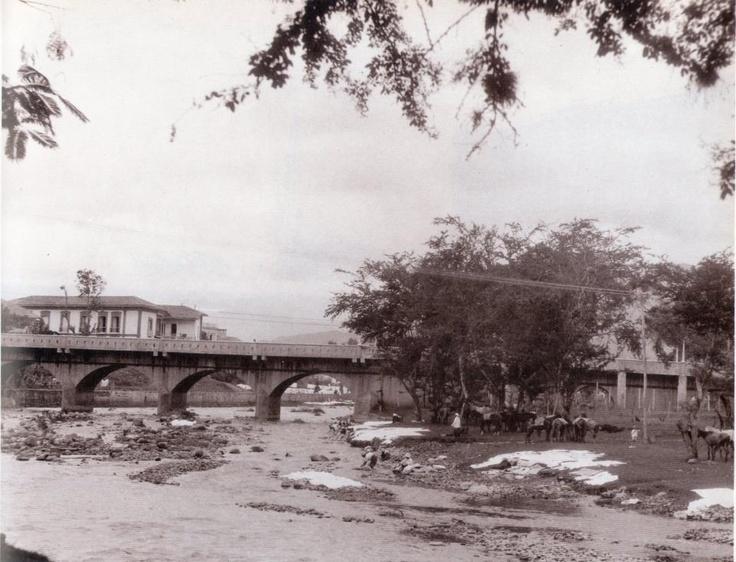 icardo JaramilloFOTOS ANTIGUAS SANTIAGO DE CALI. Lavanderas a orillas del Rio Cali.