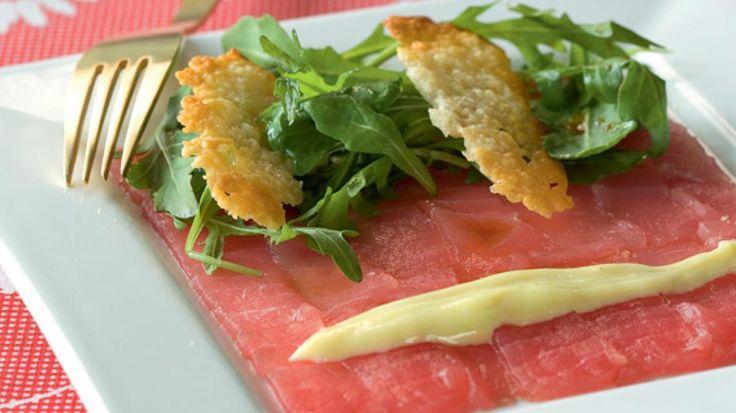 Carpaccio van tonijn met oosterse sla, wasabimayonaise en koekje van parmezaan