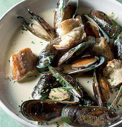 Creamy garlic mussels with crusty bread