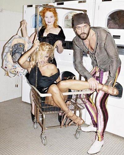 Vivienne Westwood Collezione Uomo 2014 – 2015 - Vivienne non resiste … e nella sua collezione inserisce sempre quel tocco trasgressivo che vuole smuovere gli animi e gli umori per risvegliare tutti dal torpore delle solite sfilate di lustrini e champagne!