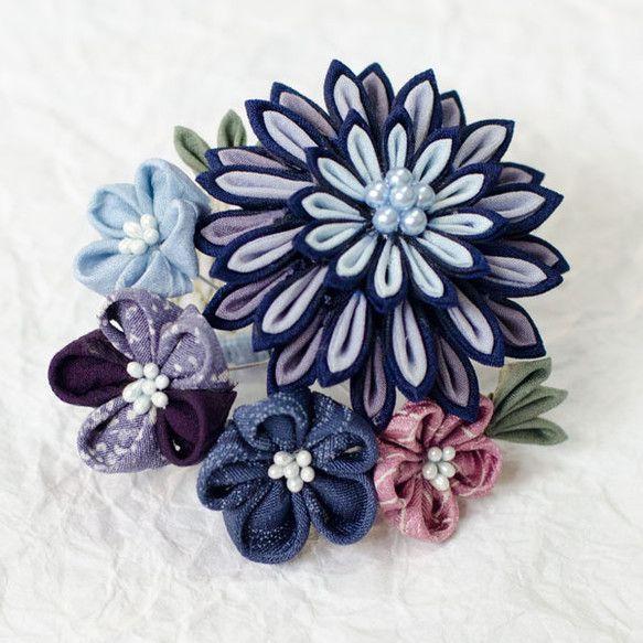 正絹の布を使用したつまみ細工のコームです。大輪の菊と小さな梅を組み合わせ、大振りで華やかな印象ながら、色はとても落ち着いた青色系ですので、幅広い年代でお使いい... ハンドメイド、手作り、手仕事品の通販・販売・購入ならCreema。
