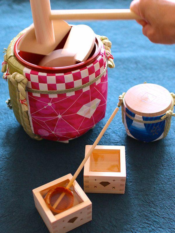 今や海外でも人気の日本酒。そんな日本酒の原料に、お米は不可欠だ。米からできたこの日本特有の酒は、昔から様々な神事に「神酒」として供えられた。菰縄(こもなわ)を巻き付けた酒樽の蓋を木づちで割って開封する、「鏡開き」や「鏡抜き」という年中行事や、おめでたい席で、特別な思いで目にした方も多いであろう。日本の伝統文化である、鏡開きと菰樽を、もっと若い世代や、多くの方々へ身近に感じて欲しい……そんな思いから、ひとつのプロジェクトが誕生した。若きクリエイター達の創造力によって新たな菰樽として生まれ変わった酒樽の数々。ワインやビールなどに占領されていた身近なお祝いの席に、手軽になった「鏡開き」「鏡抜き」を提案するものだ。楽しみであると同時に、菰樽の歴史や背景、そして日本酒を通じて、米を主食とする日本の食文化を改めて感じることができるのではないだろうか。問い合わせ先/リアルジャパンプロジェクトhttp://www.realjapanstore.com岸本吉二商店http://www.komodaru.co.jp