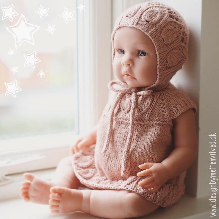 Glædelig 2018 derude ✨ årets første opskrifter er sendt ud i test - dukketøj :) glæder mig til at designe en hel lille fin kollektion af dukketøj til dukken herhjemme ❤️ #asidukke #asidolls #asileonora #dukketøj #strikketdukketøj