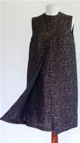 # 20760. Rochie anii '60  Rochie din brocart tesut cu fir metalic de culoarea cuprului. Este captusita cu satin si se inchide la spate cu un fermoar lung.  Dimensiuni: bust 93-95 cm; talie max 88 cm; lungimea de la umar la tiv 98 cm;  Conditie: excelenta.  Pret: 112 RON