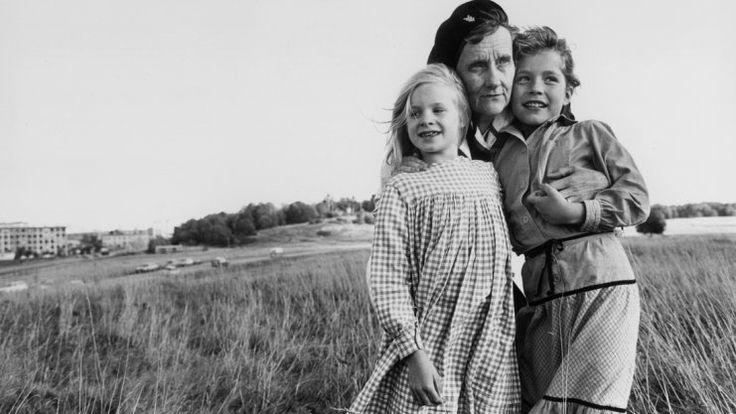 """Astrid Lindgren im Jahr 1979 mit Madita (Jonna Liljendahl, rechts) und deren Schwester Lisbet (Liv Alsterlund) aus der Produktion """"Madicken"""", im Deutschen """"Madita"""". Foto: NDR"""