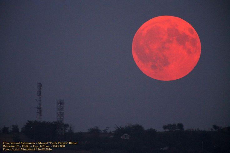 (FOTO) Luna și-a schimbat culoarea. Eclipsa prin penumbră surprinsă în România. Vezi aici Foto: