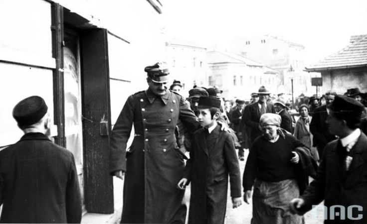 Feast of the of Rabbi Remuh on the Remuh Cemetery in Krakow (May 1931).. Participants of the ceremony on one of the streets in the area of the cemetery.