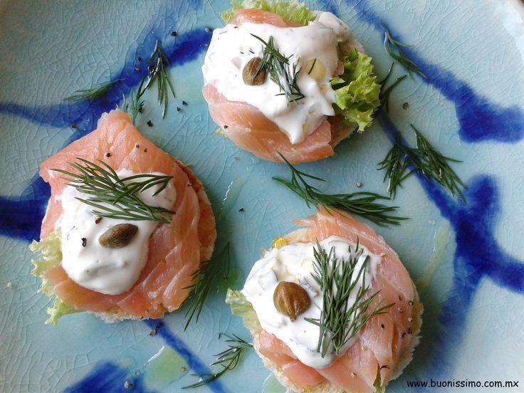 Canapés con salmón ahumado y salsa tártara #bocadillos #buonissimomexico #chalupinski