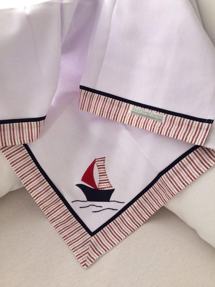 O Cueiro de Flanela é bordado à mão do veleiro ao mar. As bordas são de tecido listrado vermelho com destaque azul marinho, tema da coleção. Totalmente em algodão, mede 78 x 78 centímetros.