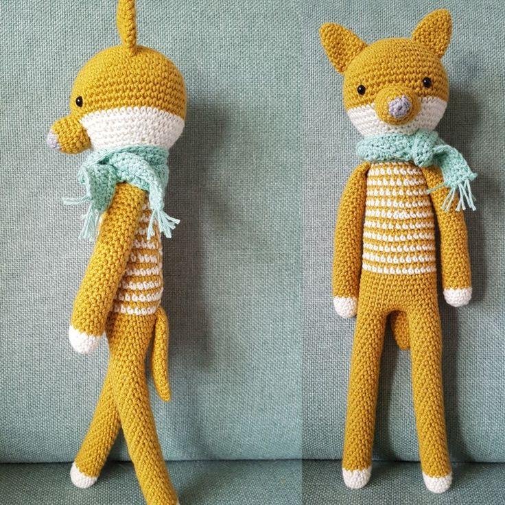 Wolf Willem wacht op de herfst. Hij heeft alvast een warm sjaaltje omgedaan! Handgehaakt door De Haakjuffen met een patroon van Polina Kuts.