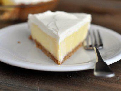 Receta de Pay Helado de Limón | Delicioso pay helado de queso y limón perfecto para disfrutar una tarde de verano. Los ingredientes son fáciles de conseguir y el procedimiento es todavía más fácil.
