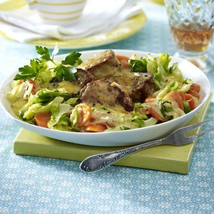 Gratinierte Schweinefilets mit Spitzkohl-Möhrengemüse Rezept | LECKER