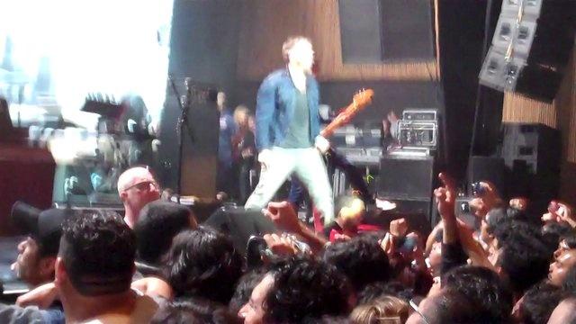 Una rolita prendida para sacar moretones.    Blur en México  El Plaza, Condesa, México.  15 de Marzo de 2013