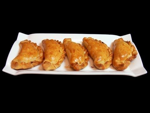 Empanadas de carne  **Ingredientes:  Masa de las empanadas:  250 g de harina ½ taza de aceite ½ taza de agua  ** Relleno de las empanadas:  500 g de cebollas picadas gruesas 250 g de carne de ternera picada 1 cucharadita de pimentón ½ cucharadita de comino ¼ de cucharadita de pimienta blanca 1 cucharadita de sal 1 pimiento rojo  2 huevos cocidos