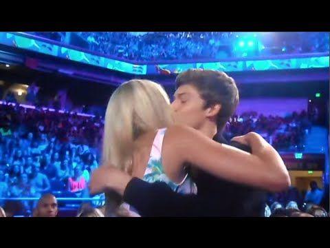 Chloe Lukasiak & Boyfriend Ricky Garcia Kissing at the Teen Choice Awards - YouTube