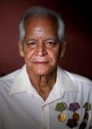 """C. R. C., 71, cubano. """"Cubanos idosos não têm maiores medos da velhice, com o nosso governo revolucionário temos os requisitos mínimos de ajuda: uma pensão, assistência médica gratuita, comida, casa, e nos mantemos ativos na sociedade. O problema na minha idade é que por causa do embargo contra Cuba, o nosso país não pode se desenvolver como deveria e não podemos ver os sonhos que temos para os nossos filhos realizados"""".  Fotografia: Ramon Espinosa / AP."""
