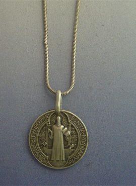 talismanes amuletos y símbolos | medalla de San Benito