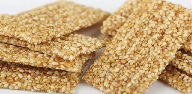 طريقة تحضير حلاوة السمسمية في المنزل بسهولة حلاوة السمسمية من الحلويات الشعبية المشهورة في المناسبات الدينية أصلها يرجع إلى المطبخ Snacks Sesame Snacks Treats