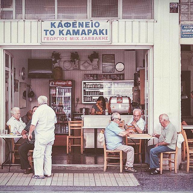 """Πρώτη βόλτα στη πόλη ως υποψήφιος βουλευτής. Στο «Καμαράκι» οι πελάτες μετά από δεκαετίες παραγγέλνουν ξανά αναψυκτικά """"στα δύο""""! #heraklion #crete #candidate #ekloges2015  #ekloges2015_round2 #topotami"""