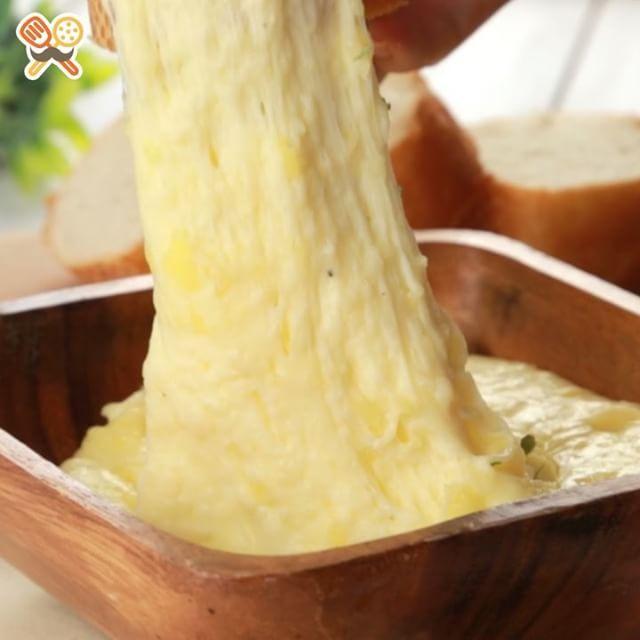 Cheesy mashed potato このポテトどこまで伸びるの?!アリゴ  レシピにチャレンジしてくれた方、その他にもお料理を作った方は #もぐー のタグをつけて教えてくださいね♪みなさんのお料理が見てみたいです☆  材料 2~3人分 ・じゃがいも 1個 ・モッツァレラチーズ 100g ・ピザ用チーズ 70g ・バター 10g ・牛乳 100ml ・塩 ふたつまみ ・ブラックペッパー 少々 ・すりおろしにんにく 小さじ1/2 ・ドライバジル 適量  作り方 1.茹でたじゃがいもをマッシャーで耳たぶくらいの固さになるまでつぶす。 2.鍋にバターを熱し、1、牛乳、塩、ブラックペッパー、すりおろしにんにくを加え、滑らかになるまで混ぜ合わせる。 3.モッツァレラチーズ、ピザ用チーズを加え、さらになめらかになるまで混ぜ合わせる。 4.熱いうちに器に盛り付け、ドライバジルをふりかけて、完成! ※熱いうちにお召し上がりくださいね☆