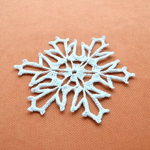 Greetings from winter. Привет от зимы 😊  #snowflakes #snowflake #happynewyear #etsy #kandiana #crochetlove #вяжутнетолькобабушки #christmas #crochetpattern #crochetsnowflake  #вязанаяснежинка #снежинкакрючком #kandiana