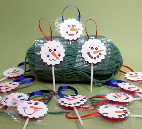 Snowman Lollipop Ornaments; you could even sandwich a real lollipop between 2 snowmen and give them as gifts
