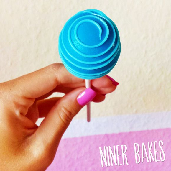 {Round & Round} Fun Swirl Cake Pops Tutorial by niner bakes