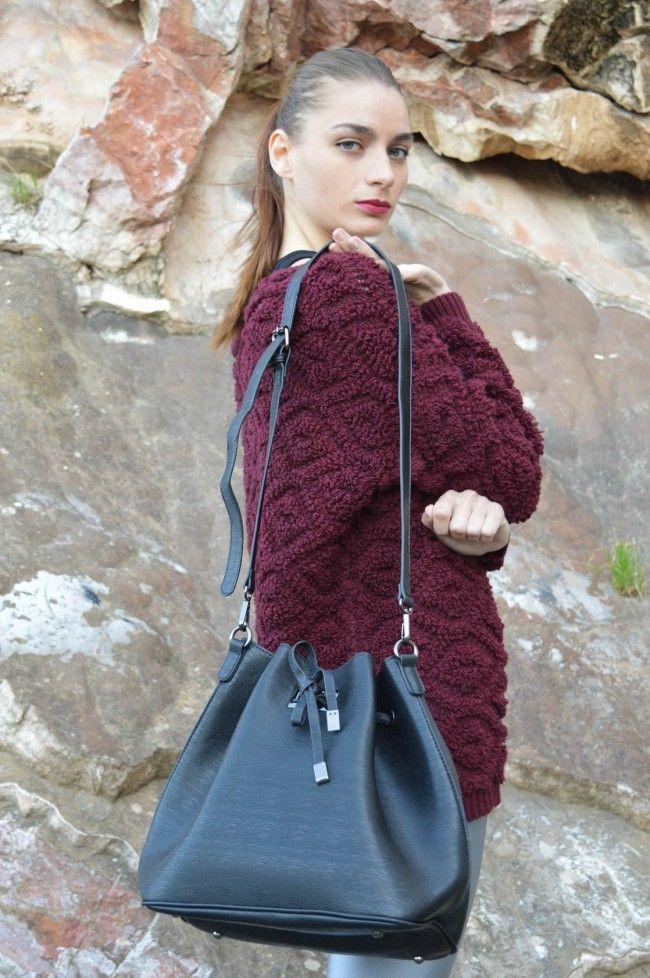 Black Bucket Bag Τσάντα πουγκί σε μαύρο χρώμα με λουράκι που αυξομειώνει το μέγεθός του. Μεγάλη χωρητικότητα, σουρώνει σε όποιο σημείο επιθυμείτε! 25,00 €