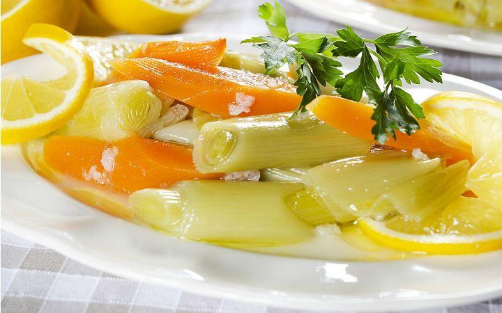 Zeytinyağlı Pırasa Tarifi  Sarımsak ve soğan ile aynı aileden gelen pırasa, özellikle antioksidan özelliği ile kış aylarında bol bol tüketilmesi halinde sizi hastalıklardan korur ve içeriğinde A, C, K ve B6 vitaminleri için iyi bir kaynaktır.